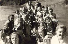 rheinabwarts-das-bot-ist-besetzt-12-jul-1951.jpg