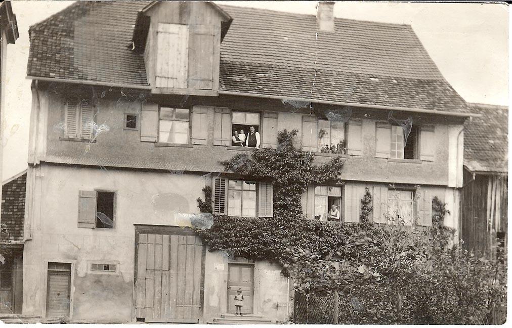 stadli-pfyn-mit-klein-rosemarie-weber-vor-der-tur-ca-1930-31.jpg