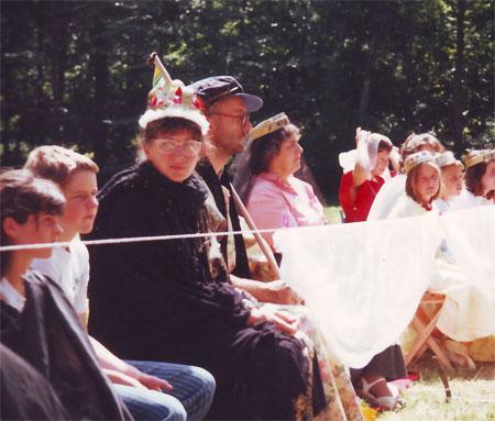 Frau Sidler als Kaiserin Margrit mit Kanzler Georg (Jürg Trippel) im Mittelalter 1993
