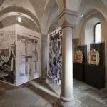 Blick in die Raumcollage Fahnen nr. 10 - 12 mit den Reliquienschreinen der beiden Zürcher Stadtheiligen Felix und Regula